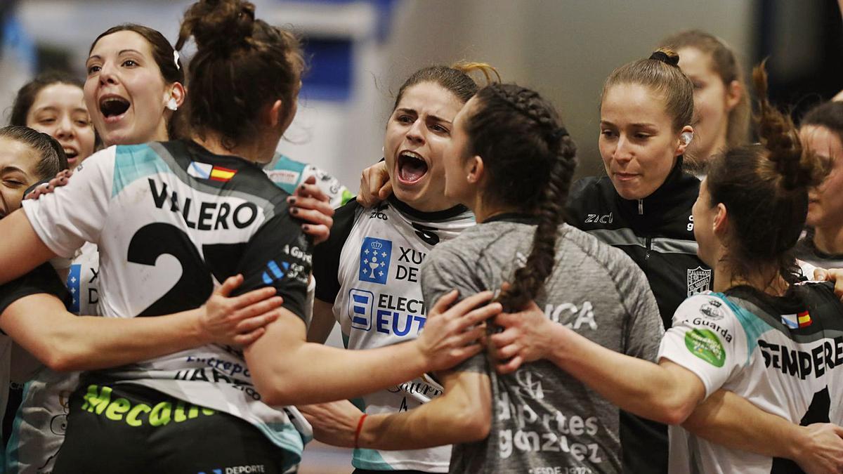 Las jugadoras del Guardés festejan su clasificación para la semifinal, tras superar su eliminatoria ante el Galychanka. |  // RICARDO GROBAS
