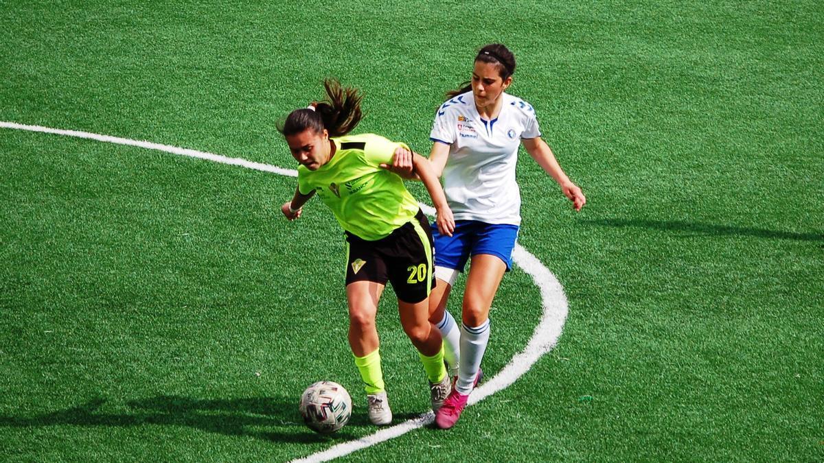 Sara Balma disputa un balón en un encuentro durante la pasada temporada