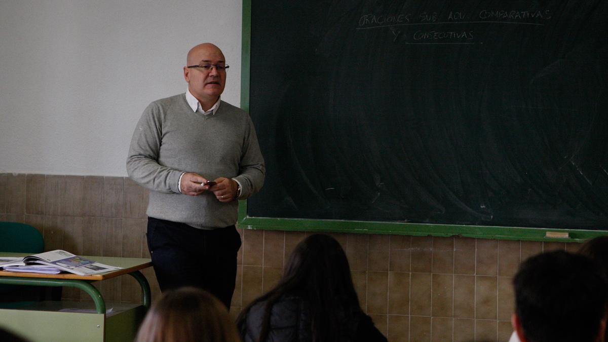 Julio Eguaras, en una clase