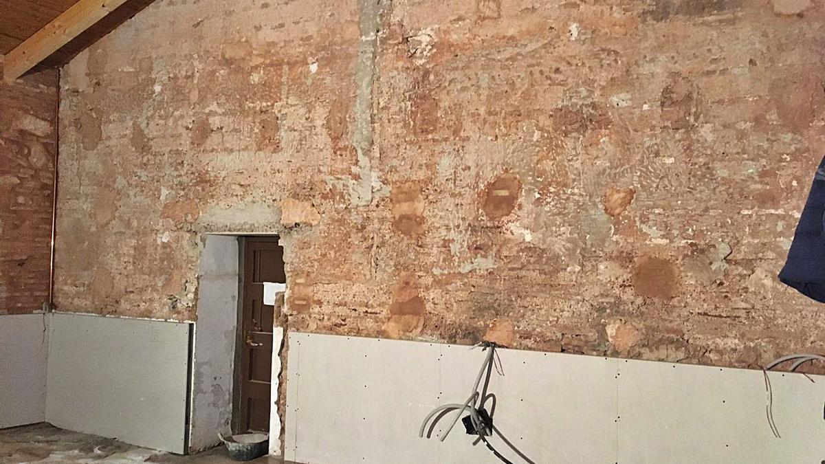 Muro del siglo XV hallado en el cuarto de andas de la iglesia de Sant Jaume de Moncada. | L-EMV