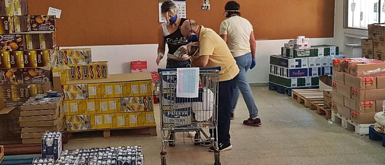 Voluntarios del banco de alimentos, en plena organización del stock.  