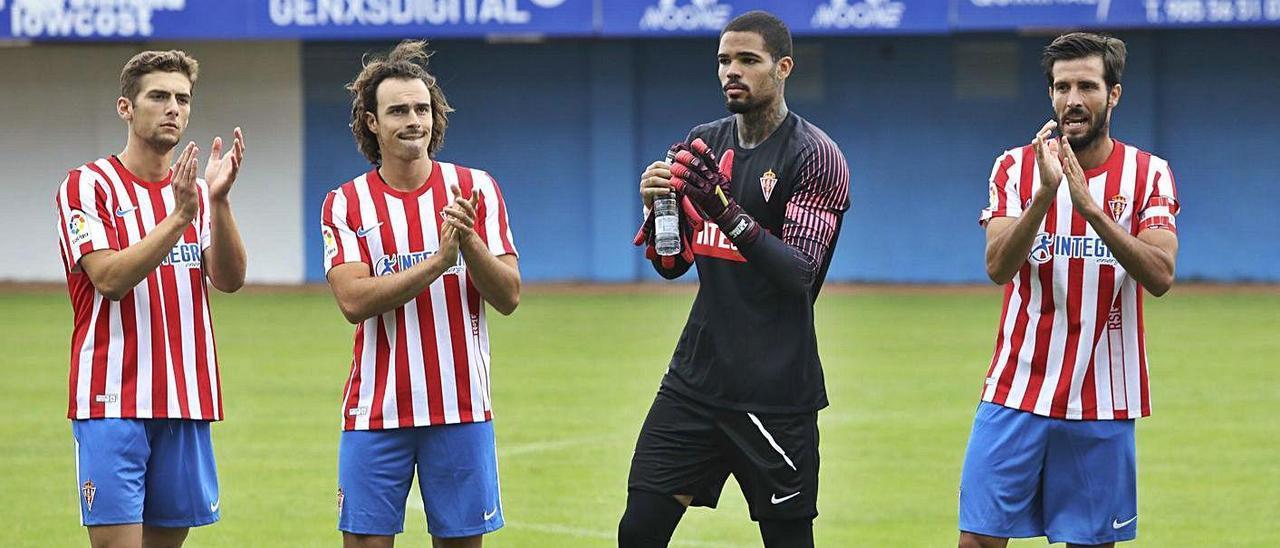 Gragera, Pelayo Suárez y Marc Valiente, con la nueva camiseta rojiblanca, junto a Christian Joel. | Ricardo Solís