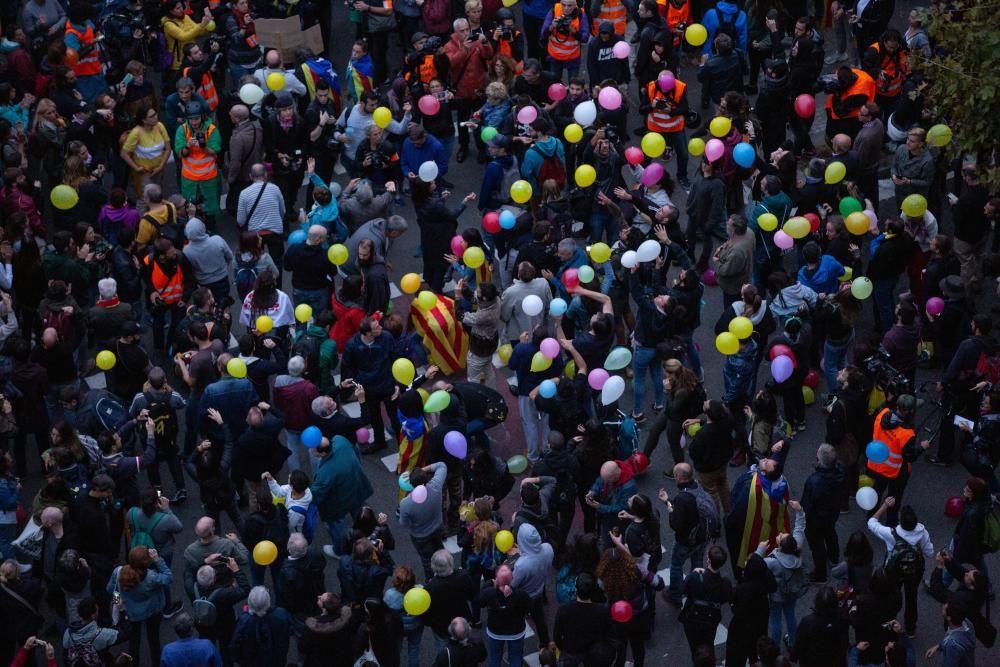 Llançament de globus davant la conselleria d'Interior