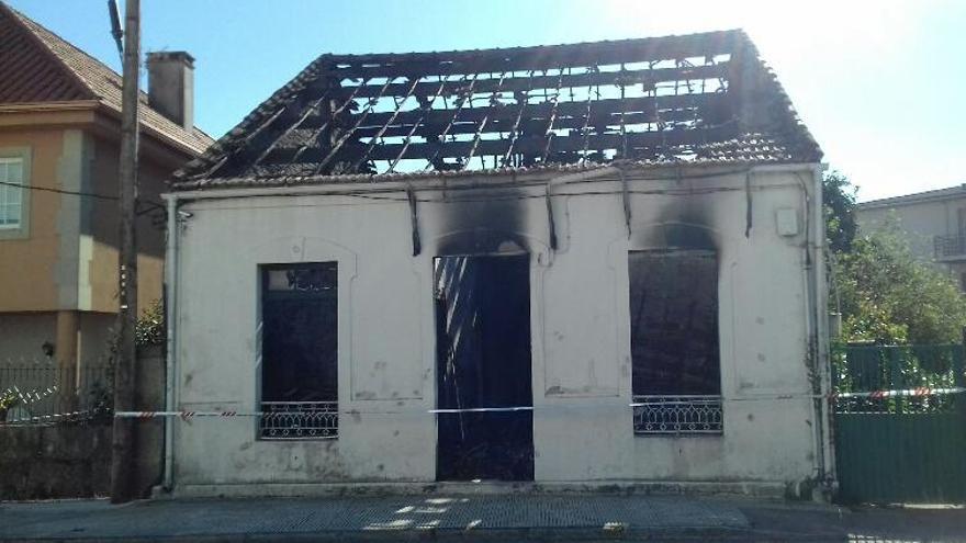 Arde una casa abandonada en la que vivía un ocupa en Teis