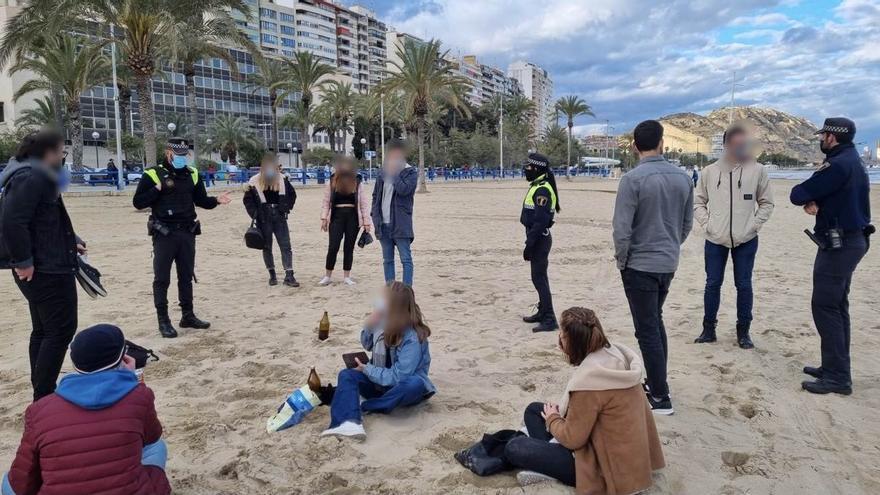 La Policía Local interviene en 6 fiestas y sanciona a 29 personas por hacer botellón en las playas de Alicante