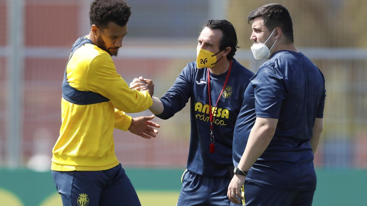 Unai Emery, entrenador del Villarreal CF, junto a Capoue.
