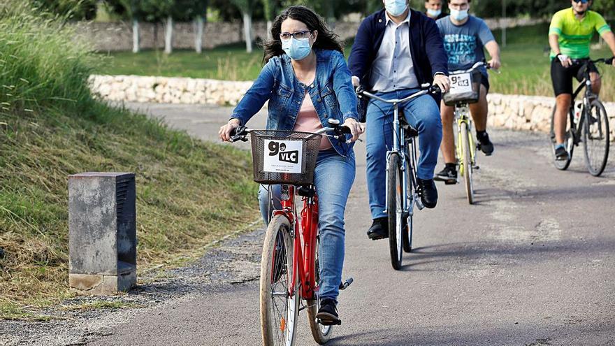 Oltra se sube a la bicicleta para reivindicar el transporte sostenible