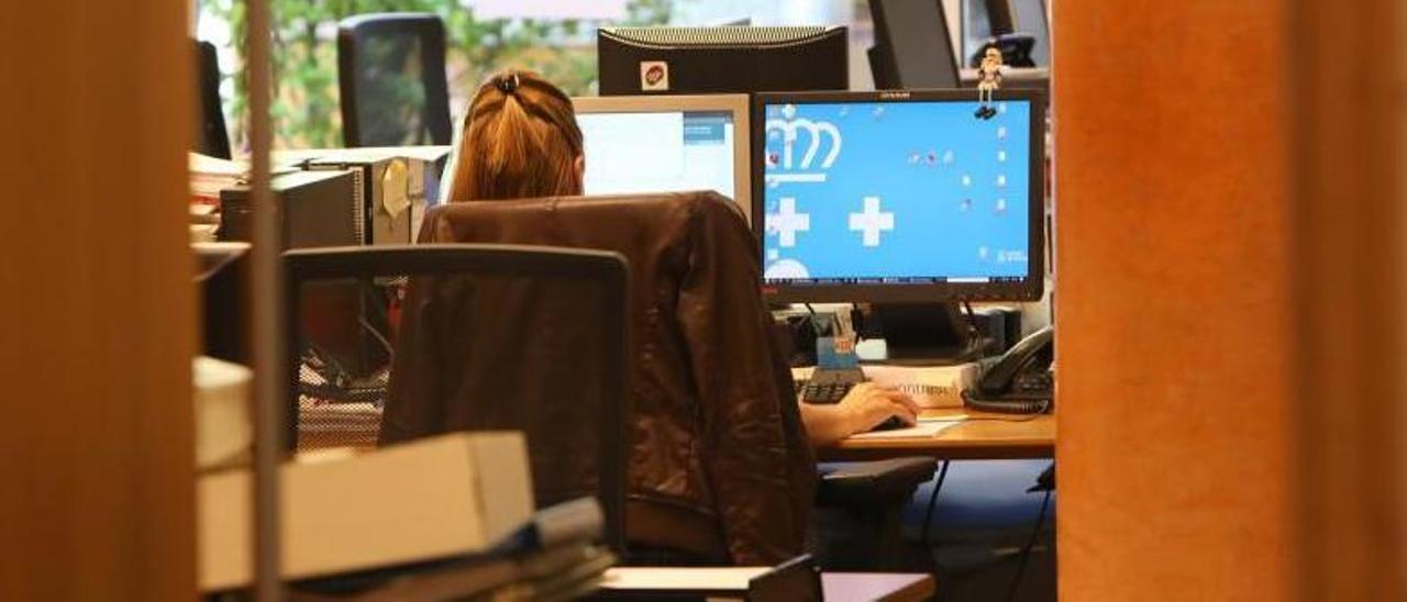 Una empleada de la Xunta en su sede central. |   // XOÁN ÁLVAREZ