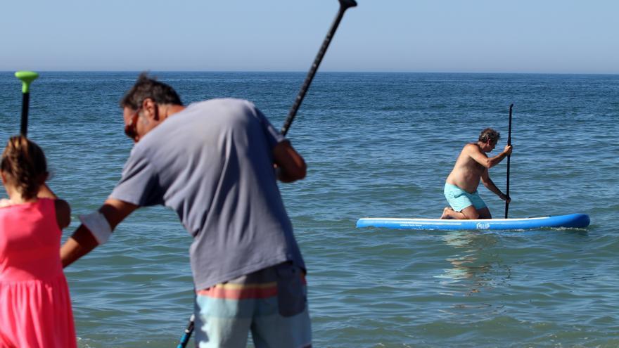 Aumenta la práctica de surf y paddel surf en las playas de Málaga