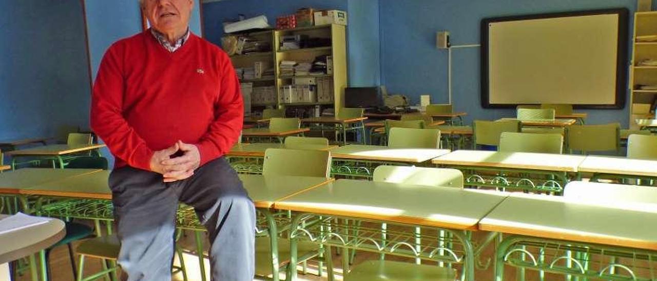 Alejandro Pello, en una de las aulas del centro de adultos del Oriente.