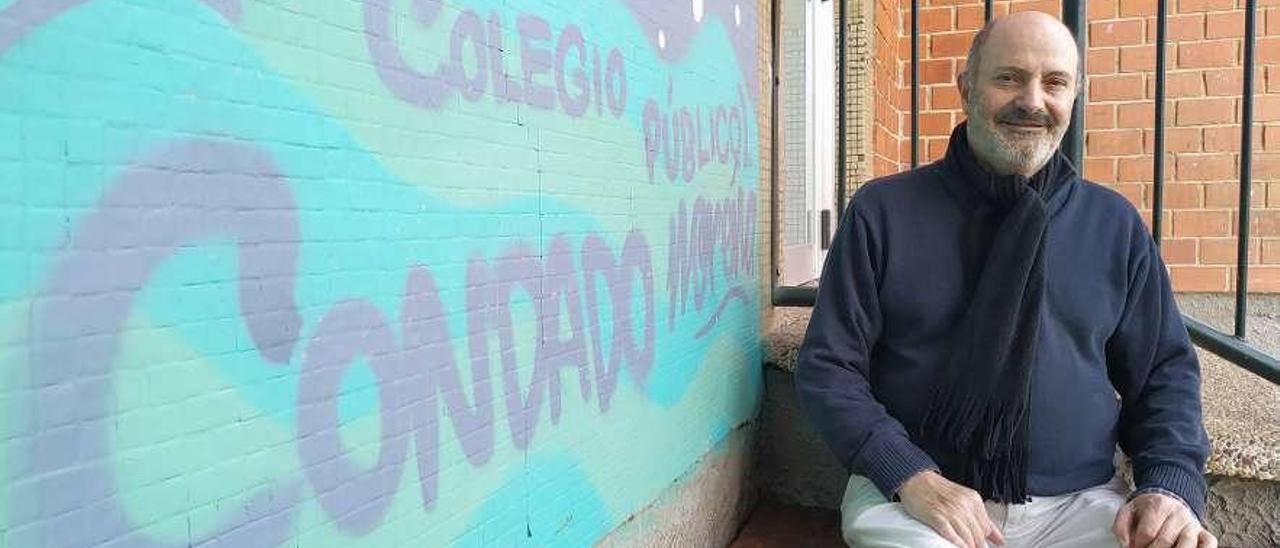 Juan Vaello Orts, en el rincón de lectura del colegio público Condado de Noreña.