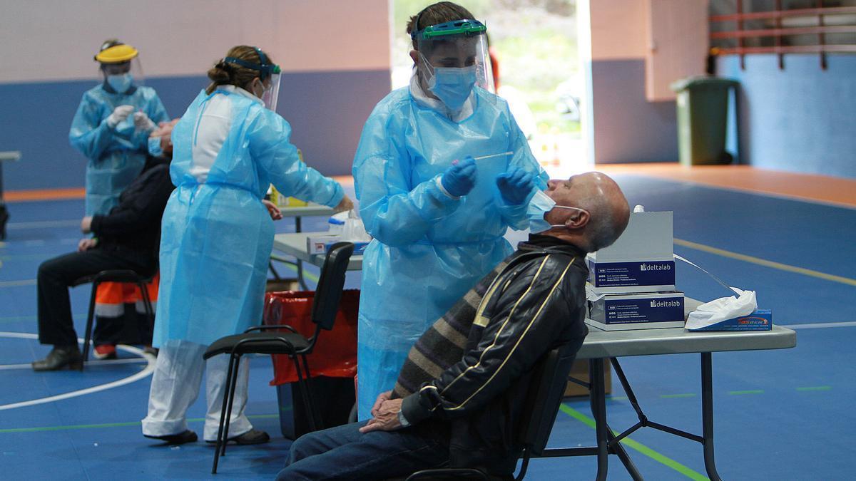 Sanitarios realizan pruebas PCR en Ourense