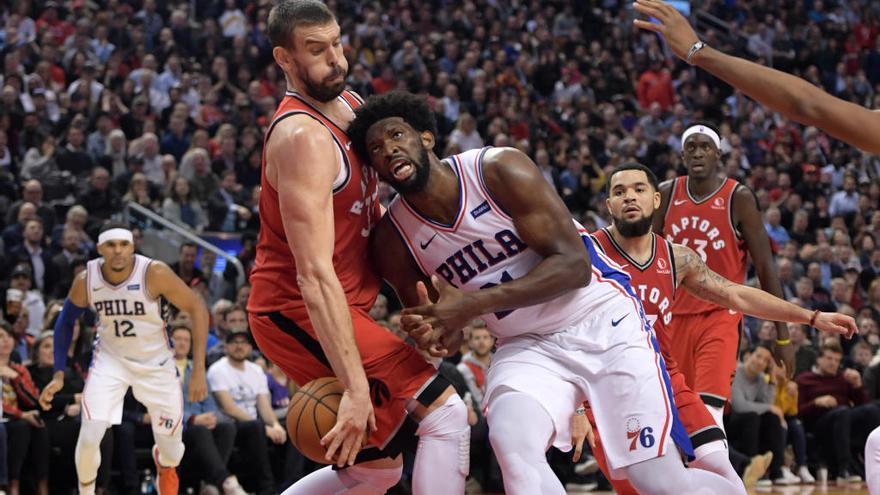 Marc Gasol seca a Embiid y Toronto bate a los Sixers
