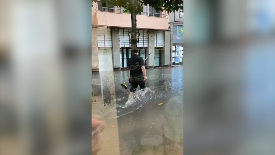 """A """"escobazos"""" para desatascar las calles de Oviedo"""