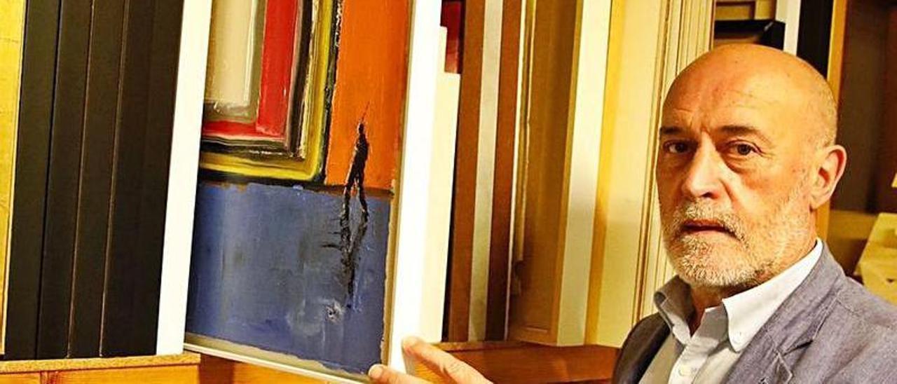 Amador Fernández, con algunas de sus obras, en su galería.