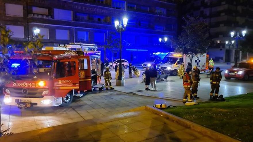 Una madre de 88 años, su hija de 64 y un policía local resultan heridos tras arder una vivienda de Oviedo de madrugada