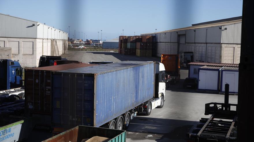 """Las colas ante la terminal de contenedores de El Musel duran """"hasta 15 horas"""""""