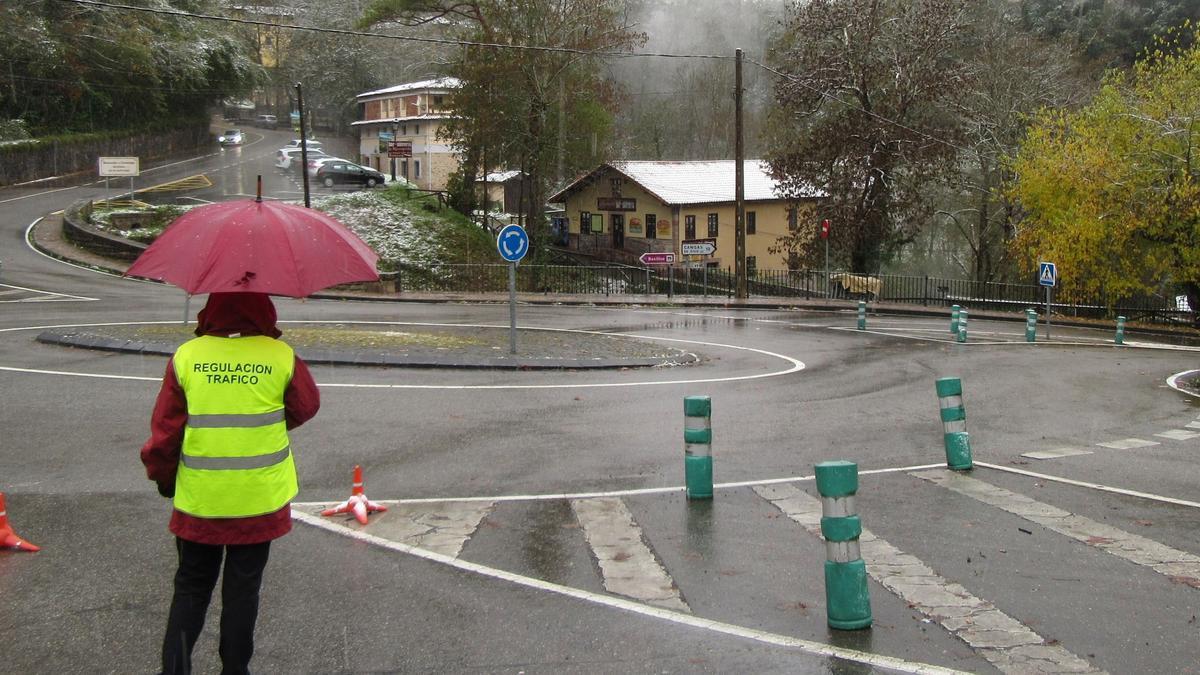 Un responsable de la regulación de tráfico, en la entrada a Covadonga, en una imagen de archivo.