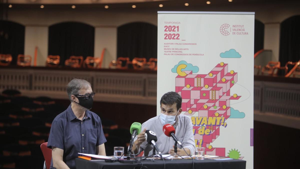 Programación 2021-2022 en el Teatro Principal de Castelló con el conseller de Educación, Cultura y Deporte, Vicent Marzà, y el delegado territorial del IVC, Alfonso Ribes.