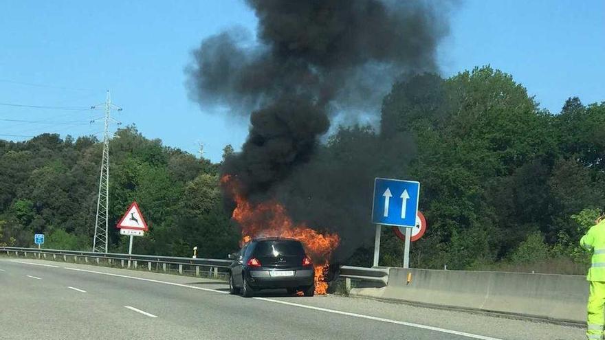 Un cotxe en flames fa tallar un carril de l'A-26 a Sant Jaume de Llierca