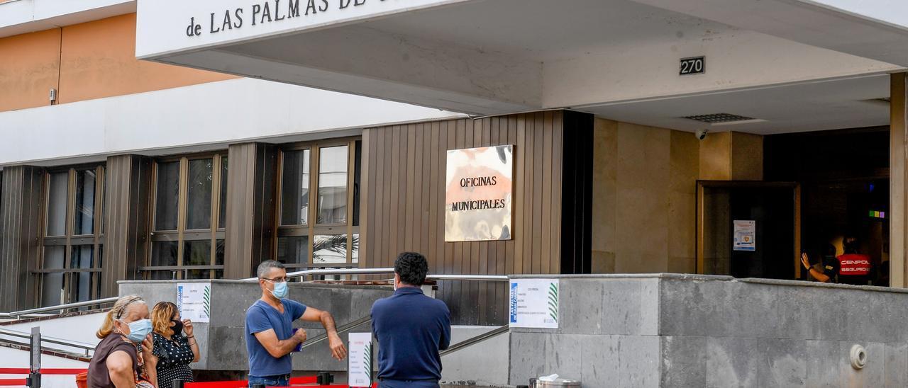 Usuarios en la entrada de las oficinas municipales de León y Castillo.