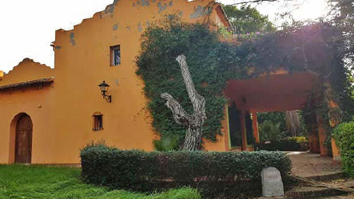 Fachada de una de las cuatro viviendas que existen en la finca de los Blasco en Alzira.    CONSEJO DE PROCURADORES