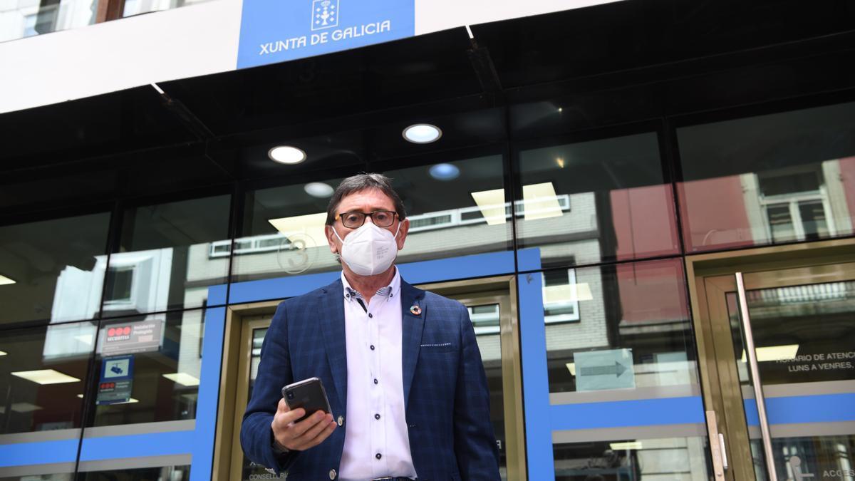 Antonio Vázquez,  esta mañana, a las puertas de la Jefatura Territorial de la Consellería de Sanidade.