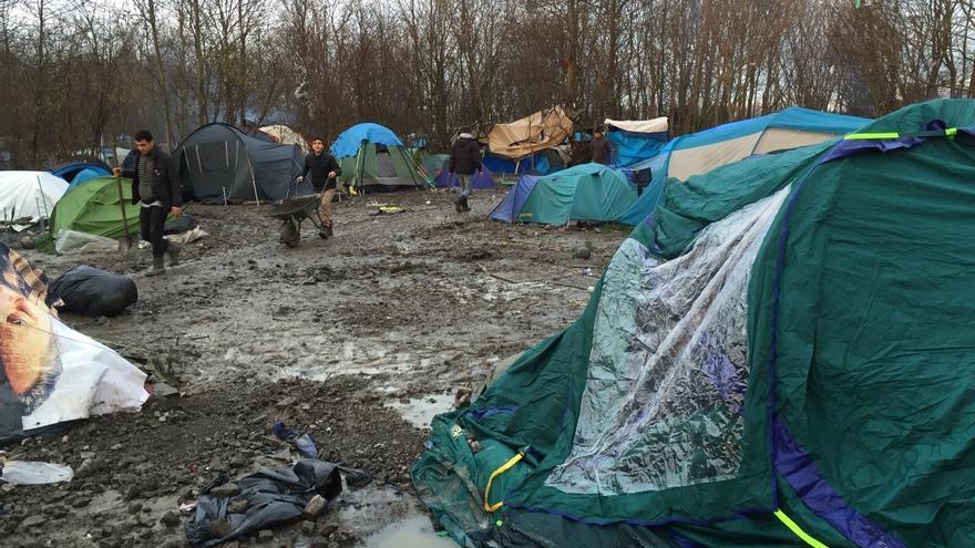 La policía francesa desaloja a cientos de migrantes de un campo de refugiados de Calais