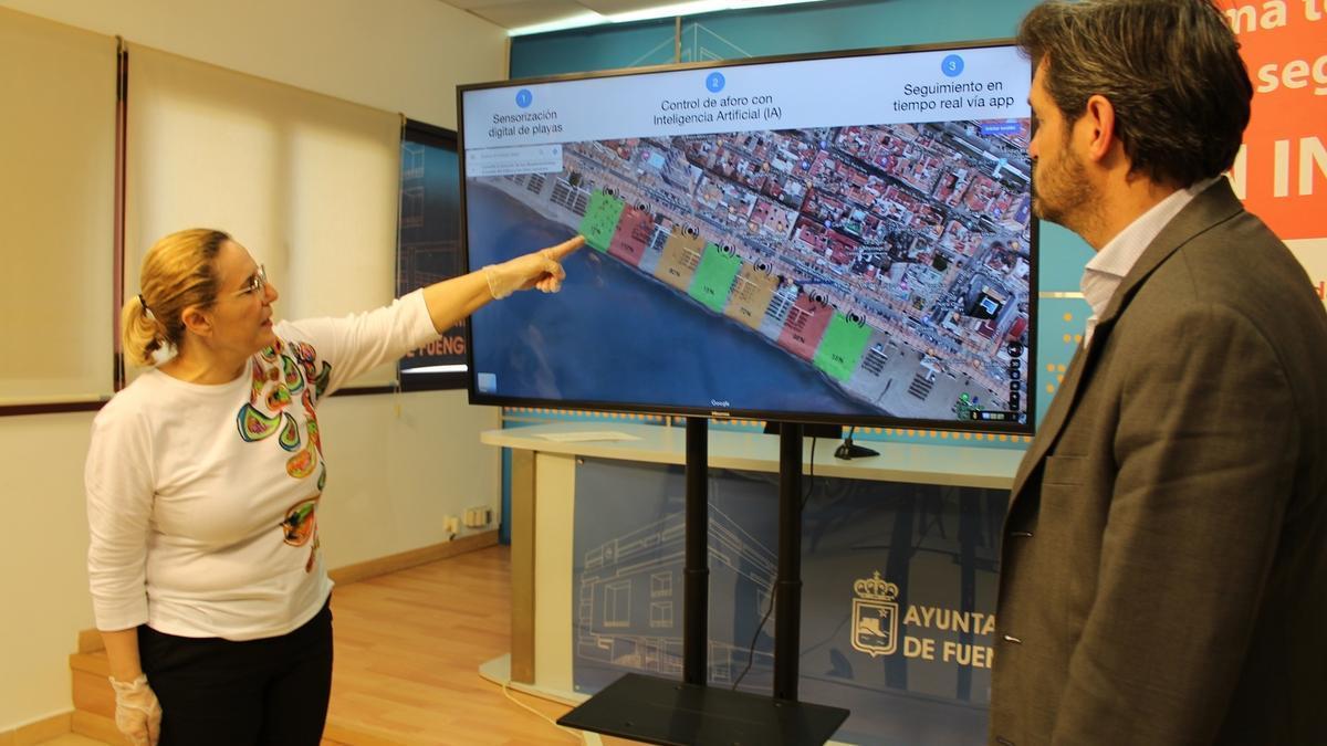 La alcaldesa de Fuengirola, Ana Mula,y el director de la compañía tecnológica fuengiroleña Juma, Carlos Moreno, presentando el sistema que ha sido premiado.
