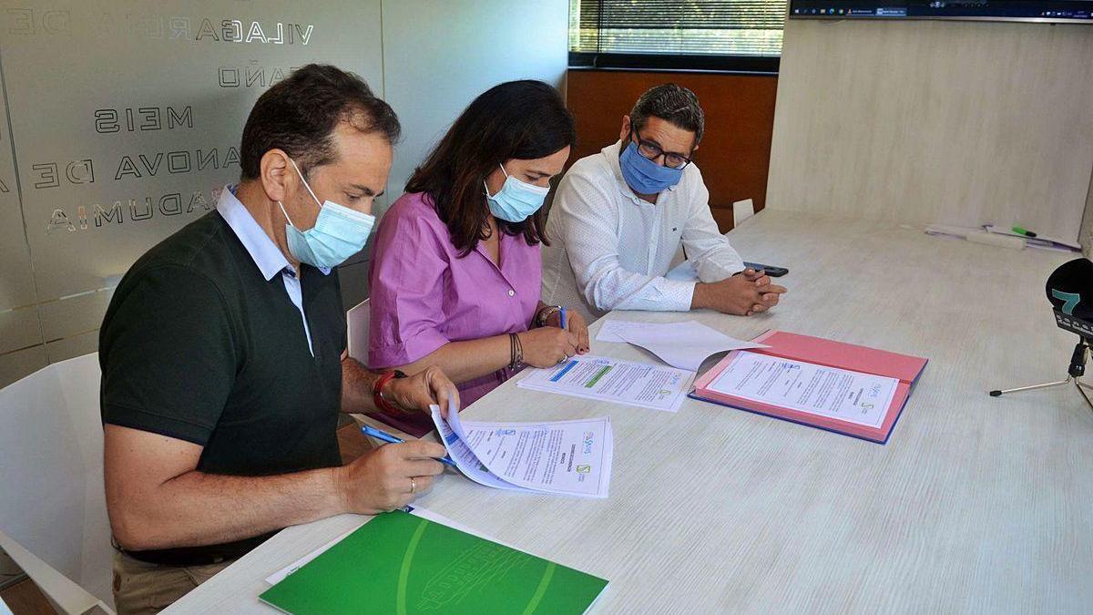 Juan Rey, Marta Giráldez y Ramón Guinarte, en la firma del convenio entre Mancomunidade y Consorcio do Comercio.