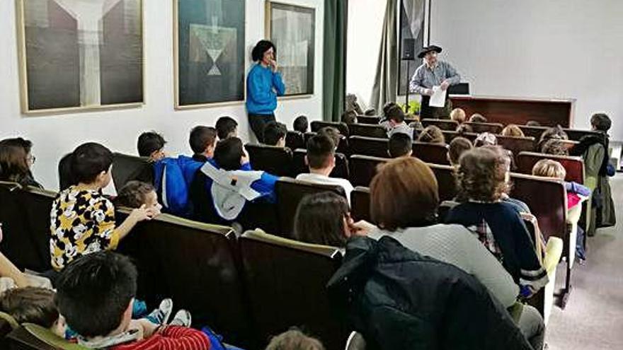 Los niños conocen al Olenchero y disfrutan de la visita de Papá Noel durante una fiesta infantil