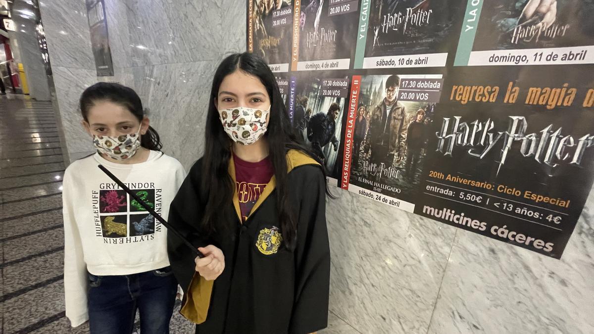 Dos aficionadas a la saga de 'Harry Potter' acuden a un pase de la saga en Cáceres.