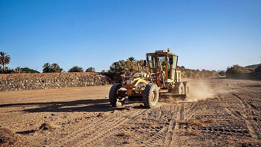 La limpieza del barranco de Gran Tarajal persigue una mejora de la seguridad