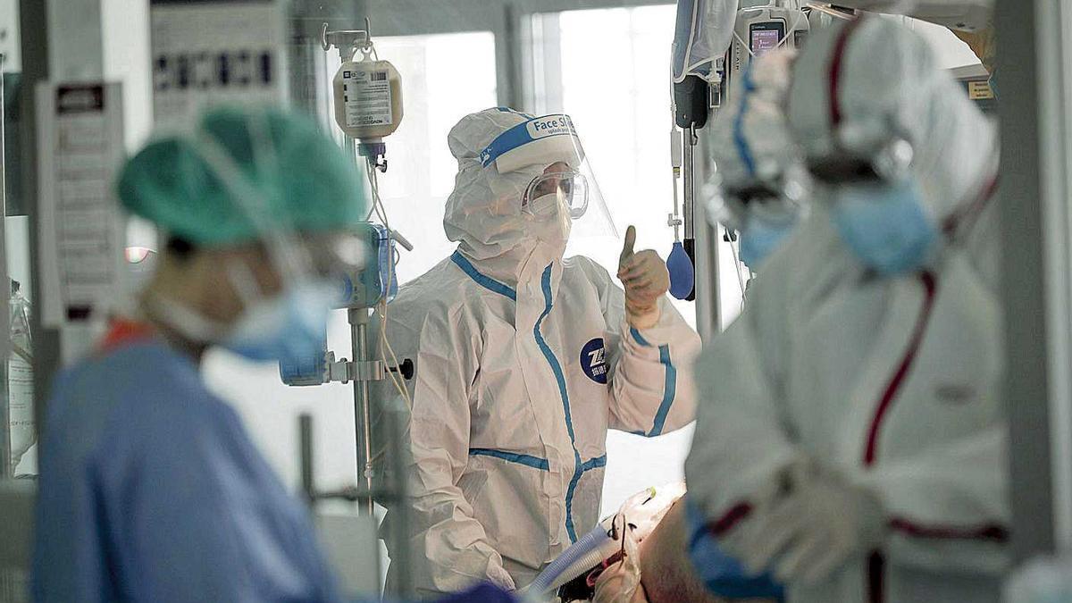 Un equipo de sanitarios en la UCI de Son Espases durante el estado de alarma.
