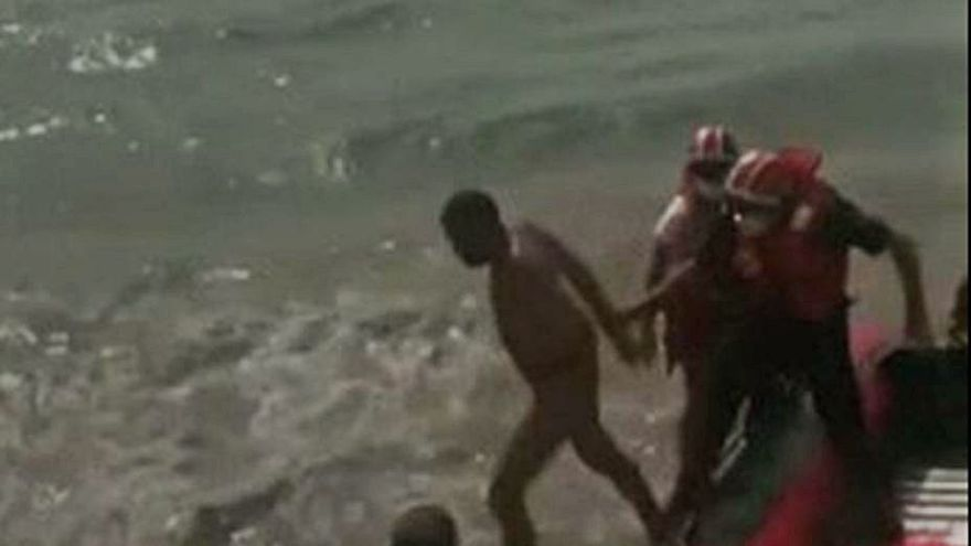La policía detiene a un exhibicionista que nadó para huir en Las Canteras