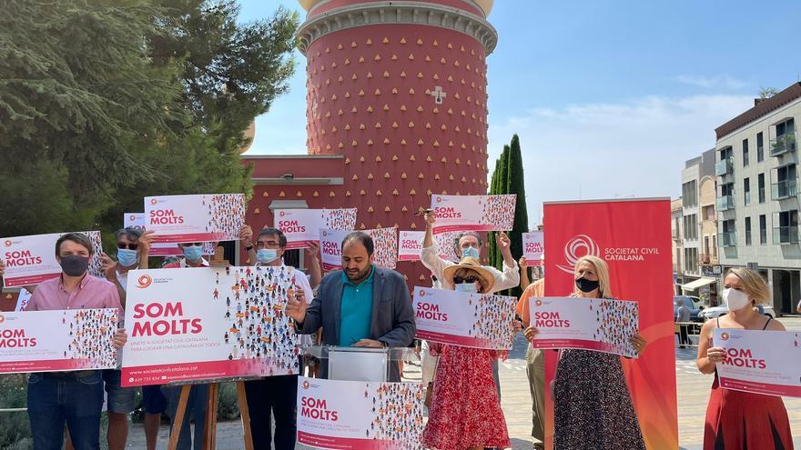 Societat Civil Catalana es mobilitza amb pancartes davant la Torre Galatea de Figueres