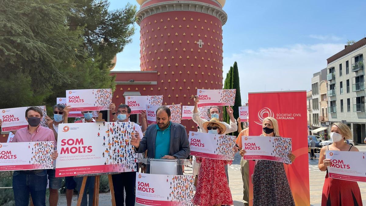 Els figuerencs Héctor Amelló i Maria Àngels Olmedo s'han unit a l'acte de Societat Civil Catalana
