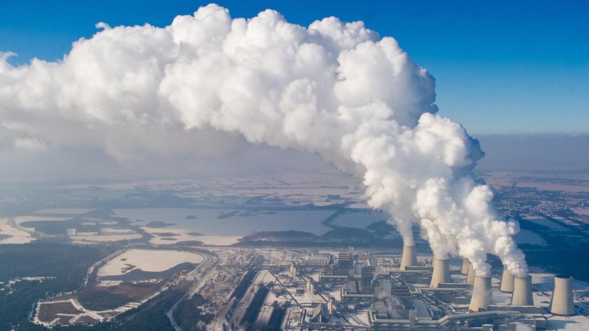 Torres de refrigeración de una central eléctrica de combustión de lignito.