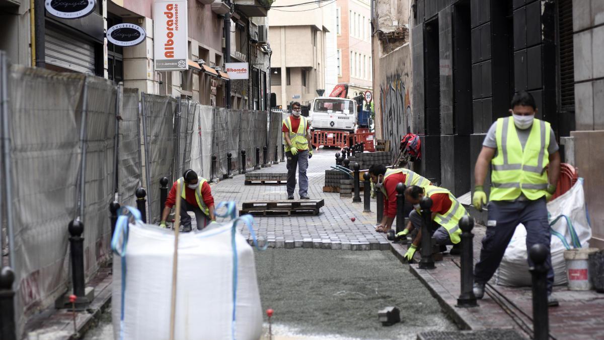 Obras de pavimentación en una calle de Murcia.