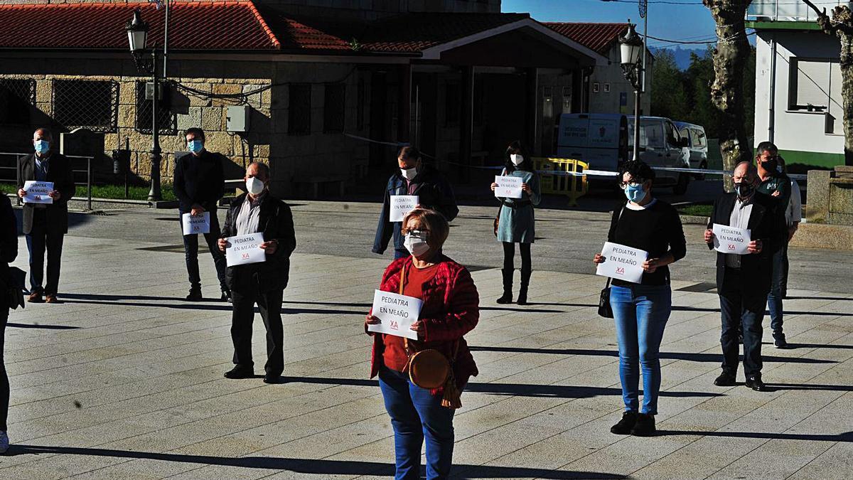 La concentración en Meaño para reclamar la restitución del servicio de pediatría.     // IÑAKI ABELLA