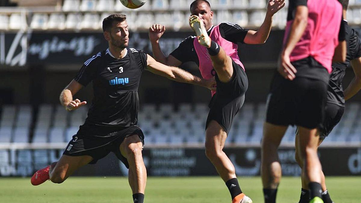 Ortuño con Pedro Alcalá en un entrenamiento.   PRENSA FC CARTAGENA