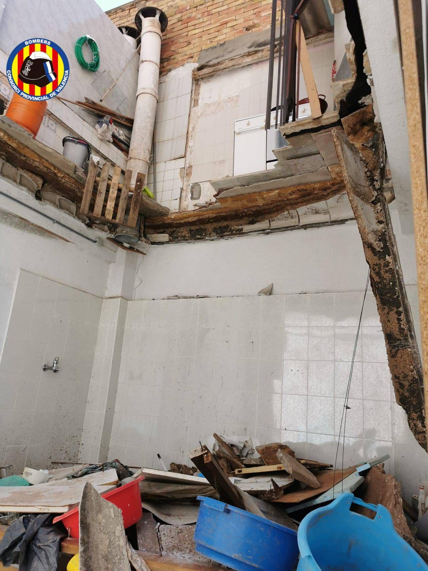 Se hunde la terraza de una vivienda en Alaquàs