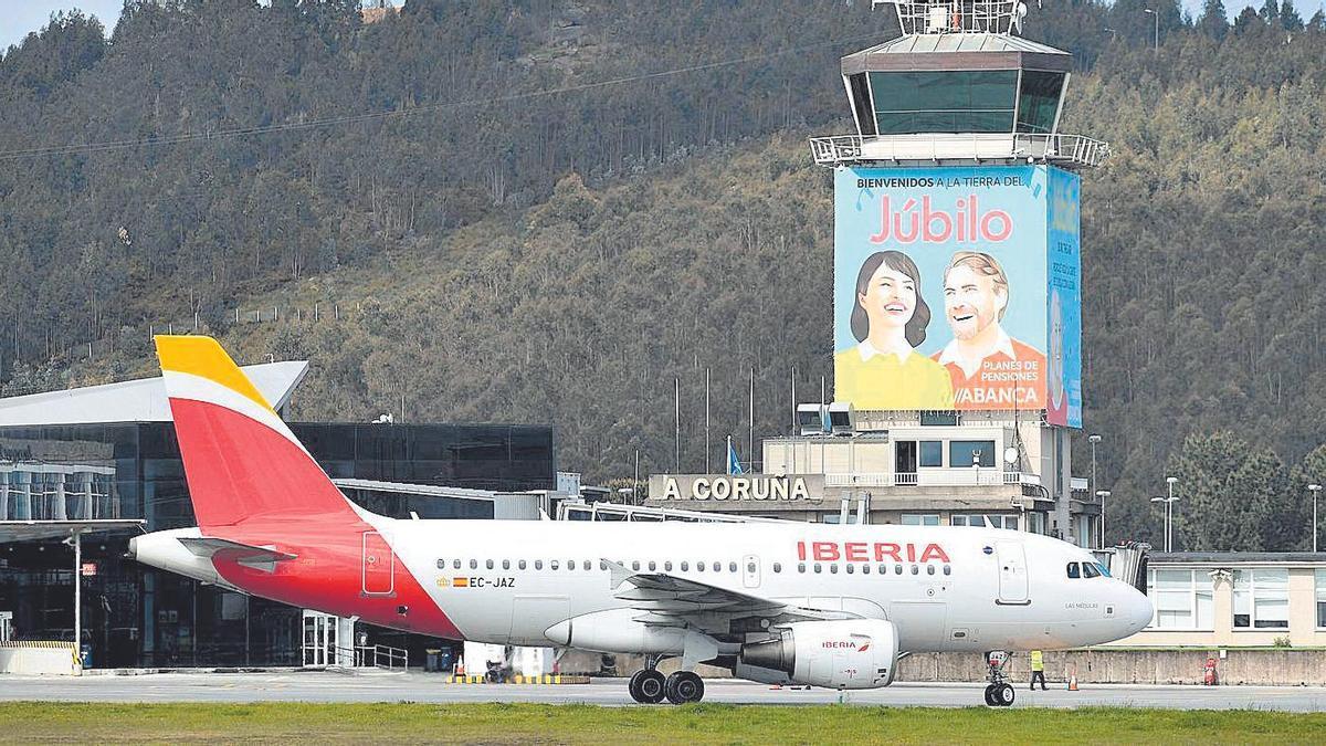 Un avión de Iberia, en Alvedro, en 2019.