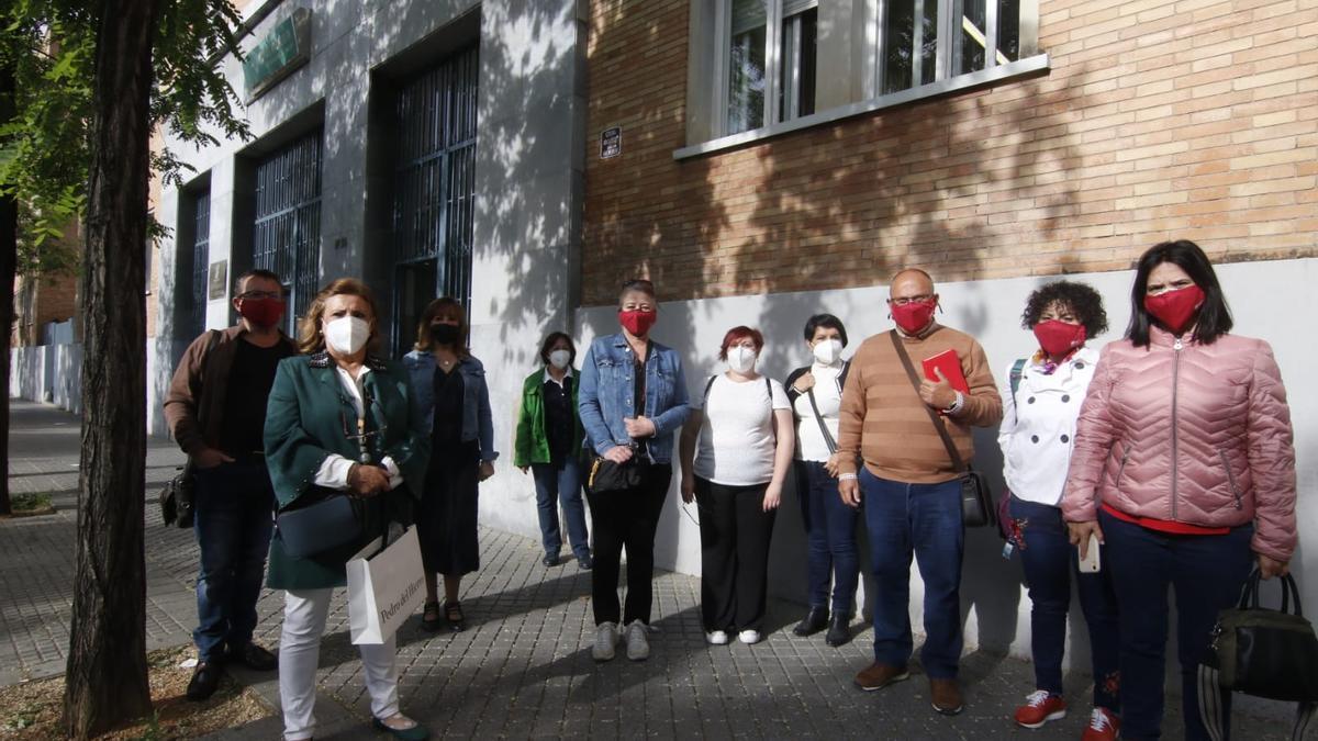 Profesionales de centros de menores concentrados ante la Delegación de Salud.