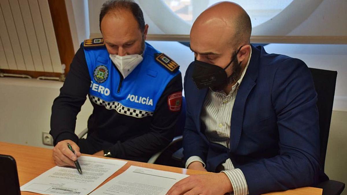 El jefe de la Policía Local, José Manuel Fernández, y el edil Víctor Villa.
