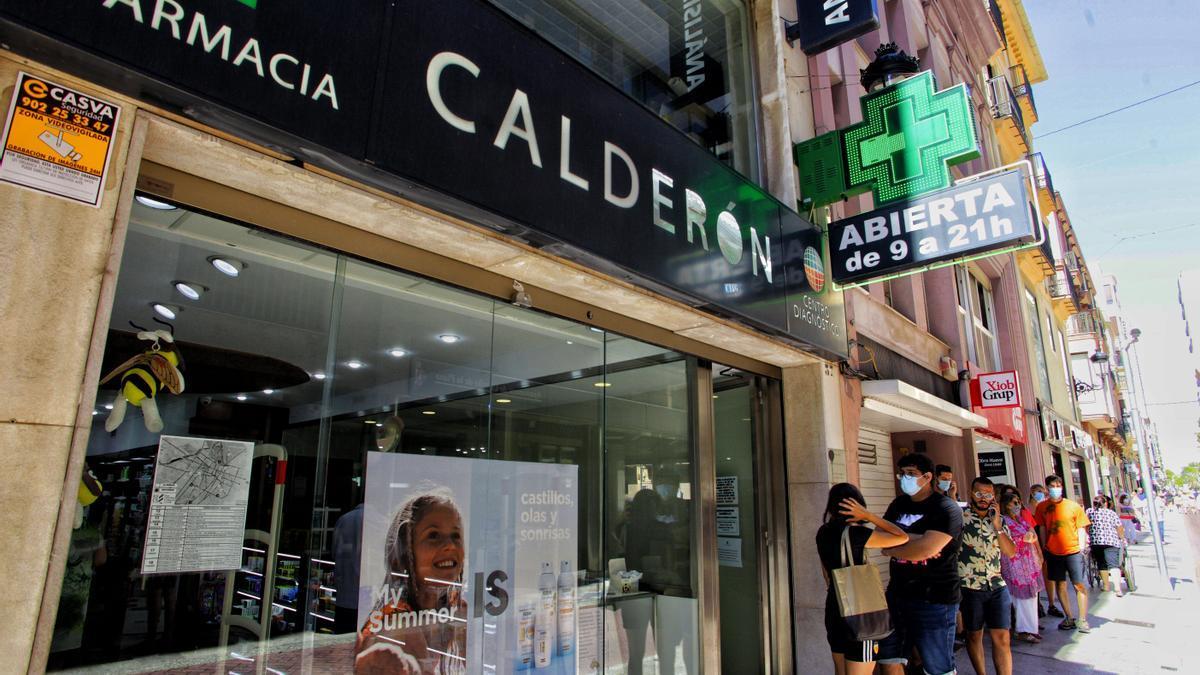Largas colas en el laboratorio Calderón de Castelló, donde han notado en los últimos días un repunte muy importante de clientes para hacerse una prueba.