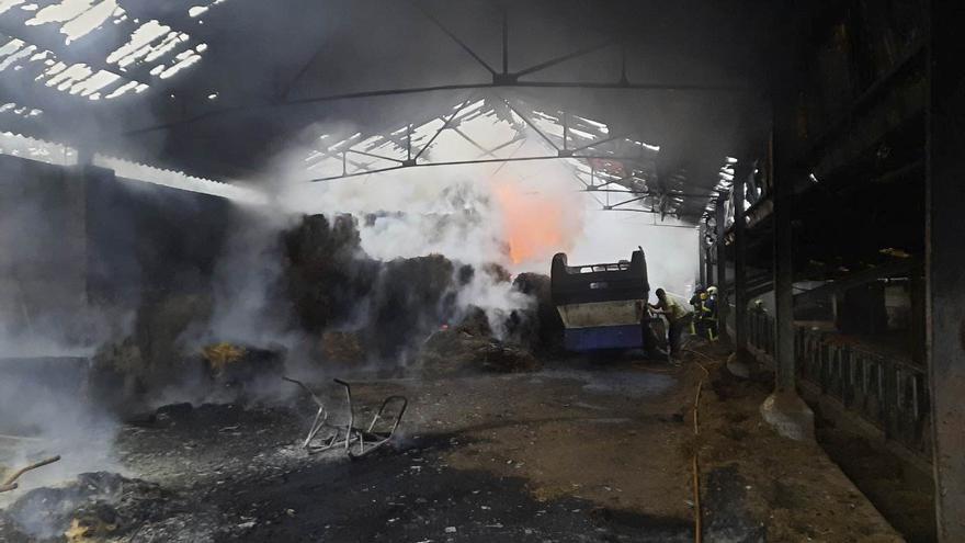 Los bomberos controlan un incendio en una nave ganadera en Llanera