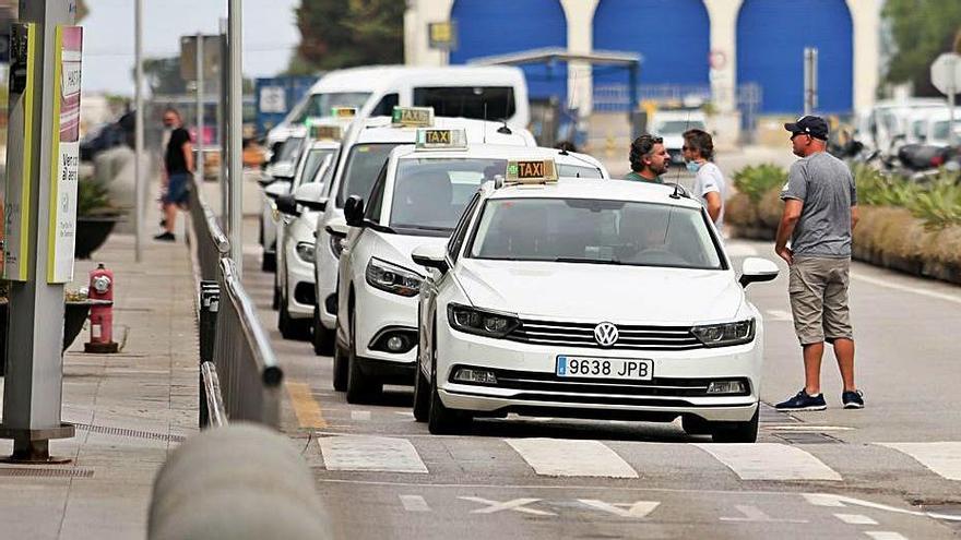 Parada de taxis del aeropuerto en el pasado verano.   TONI ESCOBAR