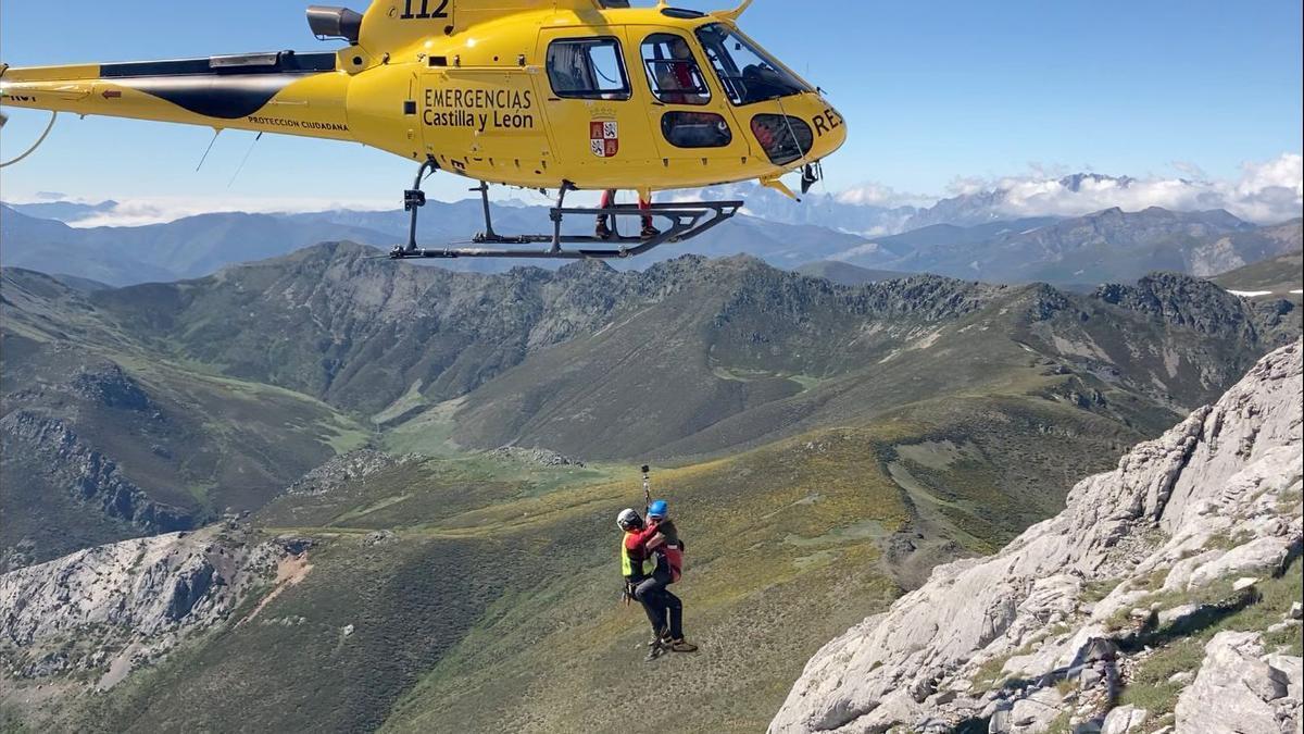 Un momento del rescate de los montañeros.