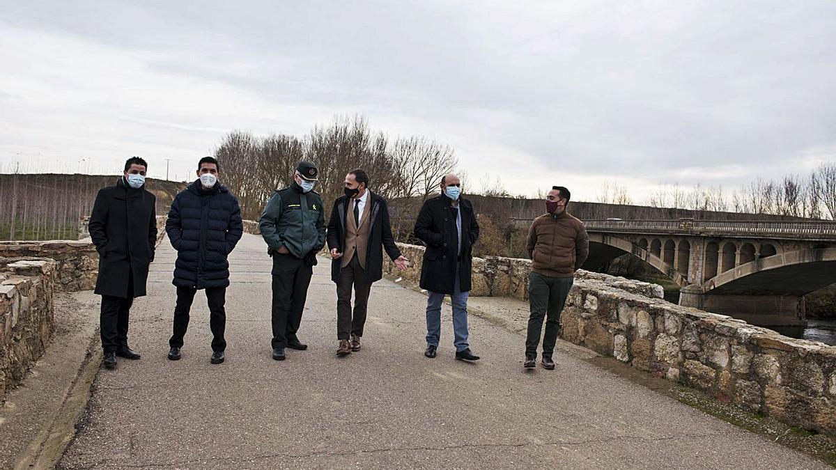El subdelegado, Ángel Blanco (tercero por la izquierda), con técnicos y los alcaldes de Castrogonzalo y Benavente.  